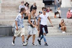 Camminata di tre una giovane ragazzi Immagine Stock Libera da Diritti