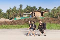 Camminata di viaggiatori con zaino e sacco a pelo Immagine Stock