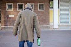 Camminata dipendente senza tetto dell'alcool e bevanda da solo Fotografia Stock