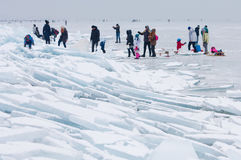 Camminata e pattinaggio su ghiaccio della gente sul lago congelato Balaton Fotografia Stock Libera da Diritti