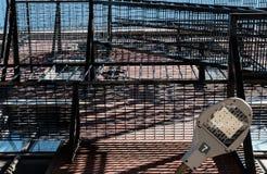 Camminata e scale dell'uscita di sicurezza di stile di Stati Uniti vedute sugli appartamenti privati di lusso Fotografia Stock
