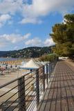 Camminata e spiaggia Immagini Stock