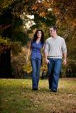 camminata felice delle coppie Fotografie Stock Libere da Diritti