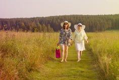 Camminata felice delle ragazze Fotografia Stock Libera da Diritti