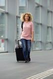 Camminata femminile afroamericana con la valigia e lo zaino Fotografia Stock Libera da Diritti