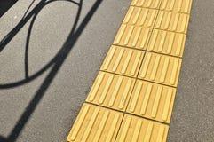 Camminata laterale per la gente cieca Fotografia Stock Libera da Diritti