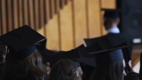 Camminata laureata della femmina allegra da metter in scenae per ricevere diploma con gli onori archivi video
