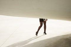 Camminata moderna d'avanguardia delle gambe della donna di affari Fotografia Stock