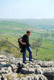 Camminata nella baia di Malham, vallate del Yorkshire (Regno Unito) Immagine Stock