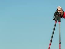 Camminata nordica Bastoni rossi sul fondo del cielo blu Fotografia Stock