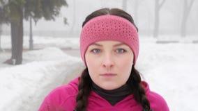 Camminata nordica Giovane donna caucasica paffuta che fa un'escursione con i pali nordici Aperto vicino segue il colpo archivi video