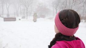 Camminata nordica Giovane donna caucasica paffuta che fa un'escursione con i pali nordici La fine sul lato posteriore segue il co stock footage