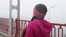 Camminata nordica Giovane donna caucasica paffuta che fa un'escursione con i pali nordici La fine sul lato posteriore segue il co archivi video