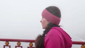 Camminata nordica Giovane donna caucasica paffuta che fa un'escursione con i pali nordici La fine sul lato segue il colpo Movimen archivi video