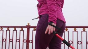 Camminata nordica Giovane donna caucasica paffuta che fa un'escursione con i pali nordici La fine sul lato segue il colpo Movimen video d archivio