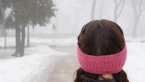 Camminata nordica Giovane donna caucasica paffuta che fa un'escursione con i pali nordici La fine sulla parte posteriore segue il archivi video