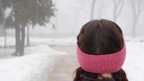 Camminata nordica Giovane donna caucasica paffuta che fa un'escursione con i pali nordici La fine sulla parte posteriore segue il stock footage