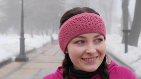 Camminata nordica Giovane sorriso caucasico paffuto del ritratto prima degli esercizi archivi video