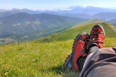 Camminata rossa delle scarpe Immagine Stock