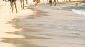 Camminata scalza della spiaggia video d archivio
