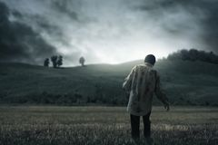 Camminata spaventosa dell'uomo dello zombie all'aperto fotografia stock libera da diritti