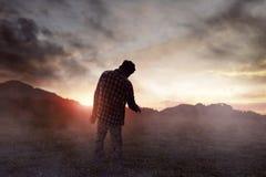 Camminata spaventosa dell'uomo dello zombie all'aperto immagine stock