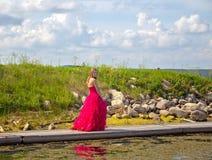Camminata teenager lungo il vestito da graduazione del sentiero costiero Fotografia Stock Libera da Diritti