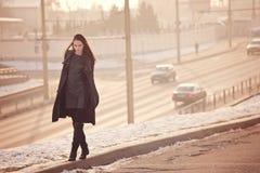 Camminata triste sola della ragazza fotografia stock
