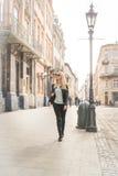 Camminata turistica della donna sulla via Fotografie Stock