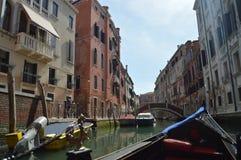 Camminata veduta costruzioni veneziane piacevoli di stile sulla gondola a Venezia Viaggio, feste, architettura 29 marzo 2015 Vene fotografia stock