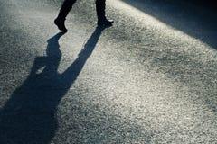 Camminatore attraverso la via Immagine Stock