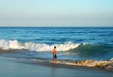 Camminatore della spiaggia Immagine Stock