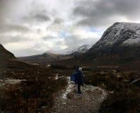 Camminatore femminile sulla scala Glencoe dei diavoli immagine stock libera da diritti