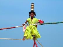Camminatore indiano errante della corda per funamboli che gioca sulla spiaggia di Goa Fotografia Stock