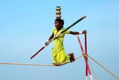 Camminatore indiano errante della corda per funamboli che gioca sulla spiaggia di Goa Fotografia Stock Libera da Diritti