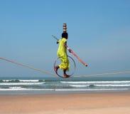 Camminatore indiano errante della corda per funamboli che gioca sulla spiaggia di Goa Immagini Stock