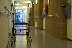 Camminatore nell'ospedale del corridoio Immagini Stock Libere da Diritti