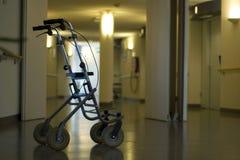 Camminatore nell'ospedale del corridoio Fotografia Stock Libera da Diritti