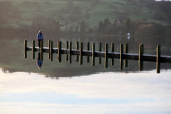Camminatore solo sull'acqua di Coniston Fotografia Stock