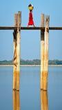 Camminatore sul ponticello del ubein, myanmar fotografie stock libere da diritti