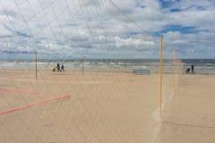 Camminatori con la famiglia dei passeggiatori sul mare della spiaggia Fotografia Stock