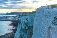 Camminatori sulle scogliere bianche di Dover nella sera Fotografie Stock