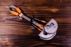 Camming przyrządu przyjaciel dla rockowego pięcia na drewnianym stole wierzchołek rywalizuje Zdjęcie Royalty Free