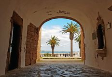Cammini attraverso un'entrata medievale all'oceano a Lagos Portogallo Fotografie Stock