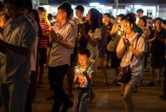 Cammini con le candele illuminate a disposizione intorno ad un tempiale Fotografie Stock Libere da Diritti