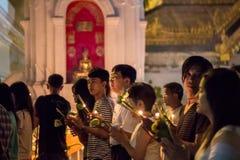 Cammini con le candele illuminate a disposizione intorno ad un tempiale Immagine Stock Libera da Diritti