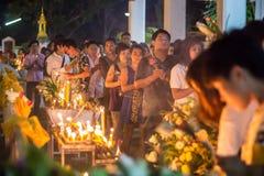 Cammini con le candele illuminate a disposizione intorno ad un tempiale Immagini Stock