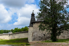 Cammini lungo le pareti del Cremlino di Pskov di estate Fotografia Stock