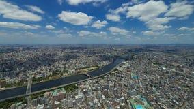 Cammini nella forma del cielo blu & della nuvola dell'aria alla città di Tokyo archivi video