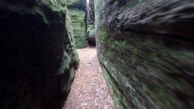 Cammini in percorso stretto in corridoio delle rocce della sabbia come nel labirinto stock footage